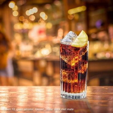 De legendarische Cola Beerenburg. Maak 'm met een twist en voeg citroen toe of garneer met sinaasappelschijfjes. Mix & geniet! #colabeerenburg #hooghoudt #cocktailrecipe #mixdrinks